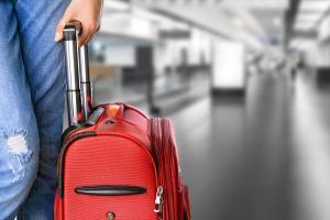 Checkliste für Ihre Ferien Auto Paar ALDI SUISSE TOURS