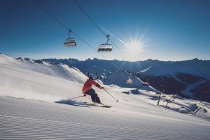 © Davos Klosters Bergbahnen | Davos Winter Skifahren Abfahrt ALDI SUISSE TOURS