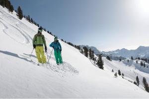 Ötztal Winter Sonne Berge Skifahren ALDI SUISSE TOURS