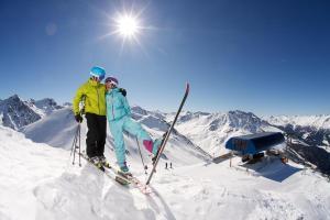 Nauders Tirol Winter Sonne Pärchen Skilift Skifahren ALDI SUISSE TOURS