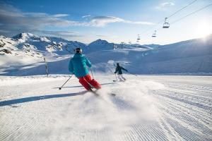 Zillertal Arena Winter Sonne Panorama Abfahrt Skifahren ALDI SUISSE TOURS