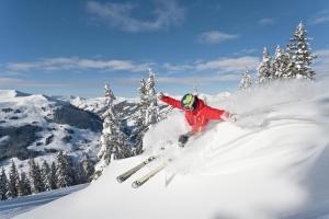 Saalbach-Hinterglemm Winter Schnee Piste Skifahrer ALDI SUISSE TOURS