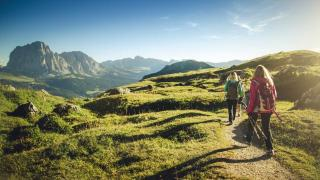 Dolomiten Südtirol Gruppe beim Wandern