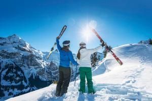 Adelboden Winter Sonne Pärchen Skifahren ALDI SUISSE TOURS