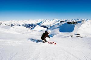 Davos Klosters Winter Schnee Sonne Skifahrer ALDI SUISSE TOURS