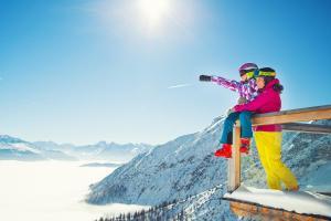 © Imst Tourismus | Imst Tirol Winter Sonne Panorama Familie ALDI SUISSE TOURS
