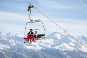 © Crans-Montana Tourism & Congress | Skifahren Lift Vater Kind Crans-Montana Schweiz ALDI SUISSE TOURS