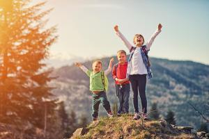 Familie Wandern Fernglas ALDI SUISSE TOURS